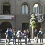 """Estudiantes secundarios se toman sede del Partido Socialista acusando """"engaño"""""""