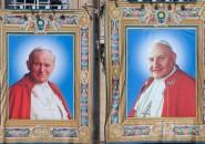 LOS TAPICES CON IMÁGENES DE JUAN PABLO II Y JUAN XXIII