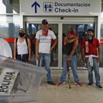 México: Manifestantes se toman aeropuerto de Acapulco en protesta por 43 estudiantes desaparecidos