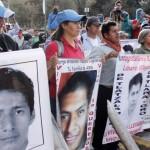 Familiares de 43 estudiantes desaparecidos en México fueron reprimidos al intentar ingresar a cuartel militar