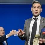 FIFA se querella contra el comediante que arrojó billetes a Blatter