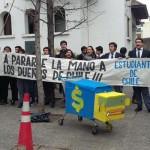 Estudiantes se toman sede de la UDI y entregan camiones de juguete por apoyo a transportistas