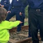 Foto: El tierno gesto de un niño refugiado a un policía húngaro