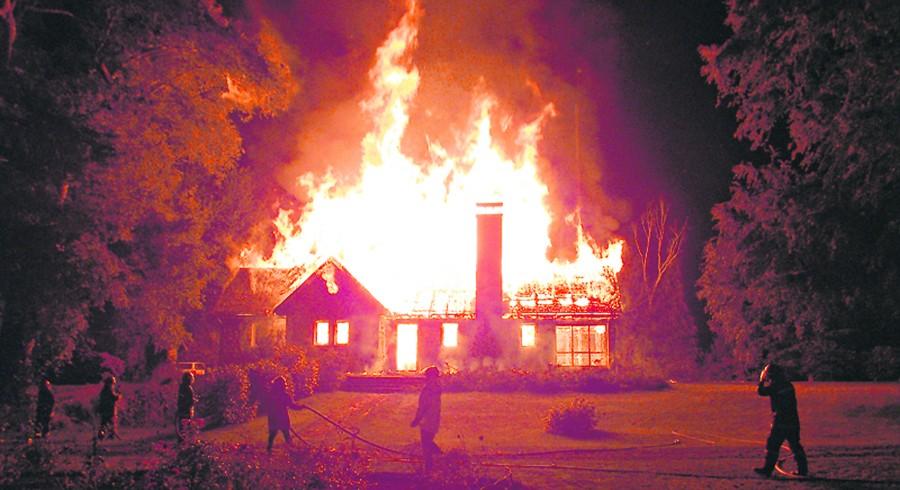 04 de Enero de 2013/VILCUN Imágenes del atentado ocurrido durante la madrugada en el sector de Vilcun, donde fue incendiada la casa patronal en el fundo Palihue, falleciendo el agricultor  Werner Luchsinger y su esposa Vivianne McKay. **CREDITO OBLIGATORIO/ FOTO:EL PERIODICO.CL/AGENCIAUNO** Imagenes del atentado a Casa patronal en Vilcun