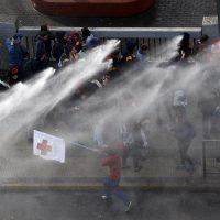 26 de Mayo de 2016/SANTIAGO Carabineros dispersa a los manifestantes en el sector de plaza Italia, durante la marcha no autorizada de estudiantes. FOTO: PABLO VERA LISPERGUER/AGENCIAUNO