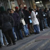 People wait in line to enter a government-run employment office in Madrid January 3, 2013.  REUTERS/Susana Vera (SPAIN - Tags: BUSINESS EMPLOYMENT POLITICS SOCIETY)