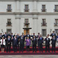 18 de Septiembre de 2014/SANTIAGO  La presidenta Michelle Bachelet realiza la fotografía oficial junto a los Subsecretarios de estado en el patio Los Naranjos del Palacio de La Moneda durante la celebración de fiestas patrias.  FOTO:NADIA PEREZ/AGENCIAUNO