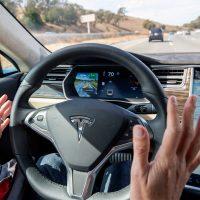 coche-Tesla-piloto-automatico_83251778_245812_1706x1280