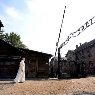"Pope Francis walks through Auschwitz's notorious gate with the sign ""Arbeit Macht Frei"" (Work sets you free) during his visit to the former Nazi death camp, Poland, July 29, 2016. REUTERS/Filippo Monteforte/Pool     TPX IMAGES OF THE DAY"