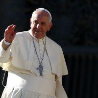 El Papa Francisco saluda mientras deja su audiencia general en la Plaza San Pedro en el Vaticano