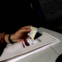 28 de Octubre de 2012/SANTIAGO Un hombre sostiene su carnet de identidad, luego de haber sufragado en una de las mesas constituidas en el Estadio Nacional, durante la jornada de elecciones municipales 2012. FOTO: HANS SCOTT/AGENCIAUNO