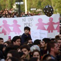 19 de Octubre de 2016/SANTIAGO Miles de personas se congregan en Plaza Italia para marchar por Alameda hacia Los Heroes, protestando contra la violencia hacia la mujer FRANCISCO CASTILLO D./AGENCIAUNO