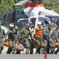 26 de Octubre del 2016/SANTIAGO Hasta la prefectura Aeropolicial fueron trasladados los cuerpos de los dos jovenes extraviados hace 13 dias en el cerro Provincia. FOTO:RODRIGO SAENZ/AGENCIAUNO