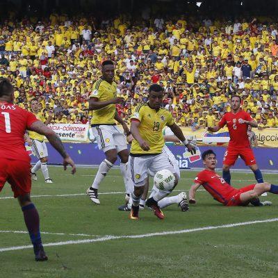 10 de Noviembre del 2016/BARRANQUILLA  Charles Araguiz (c) durante el partido valido por la undŽcima fecha de las eliminatorias rumbo al mundial Rusia 2018, disputado entre las selecciones de Colombia vs Chile, jugado en el Estadio Roberto MelŽndez. FOTO: PABLO VERA LISPERGUER/AGENCIAUNO