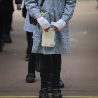27 de Julio de 2015/VALPARAÍSO Una Alumna con un libro en sus manos en Escuela República del Ecuador por el regreso a clase de algunos establecimiento municipalizados en algunas comunas de la Región de Valparaiso. FOTO : PABLO OVALLE ISASMENDI/ AGENCIAUNO