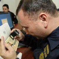 419 fotografia revision de pasaporte y visas control segundario aeropuerto pdi fiscalizacion falsos  28-07 2011 caa