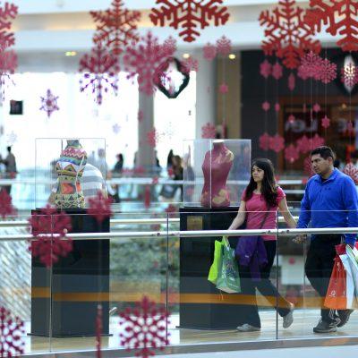 21 de DICIEMBRE del 2014/ SANTIAGO Una pareja camina por unos de los pasillos mientras realizan sus compras en un Mall del sector sur de la capital en este ultimo fin de semana antes de Navidad. FOTO: MATIAS DELACROIX/AGENCIAUNO