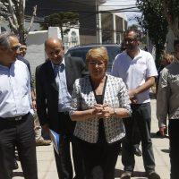 3 de Enero del 2017/Santiago La presidenta Michelle Bachelet, llega hasta el albergue ubicado en el Polideportivo de Valparaiso tras el incendio que afecto al sector de Puertas Negras y Laguna verde dejando mas de 100 casas destruidas por el fuego  FOTO:MARIO DAVILA/AGENCIAUNO