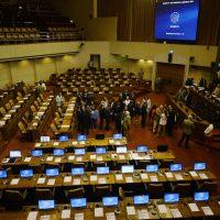 17 de Enero del 2017/VALPARAISO Falta de Parlamentarios fracasa la Sesión de la Camara de Diputados, los Diputados firman un libro para demostrar la asistencia de los los que asistieron al hemiciclo. FOTO: PABLO OVALLE ISASMENDI /AGENCIAUNO