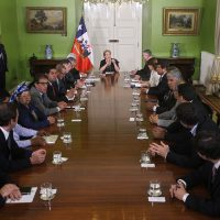 23 de Enero de 2017/SANTIAGO La Presidenta de la República, Michelle Bachelet, junto al ministro de Interior y Seguridad Pública, Mario Fernández, recibio el Informe Final de la Comisión Asesora Presidencial de la Araucanía, instancia integrada por 20 miembros, representantes del Ejecutivo, comunidad Mapuche, Iglesia y sector privado.  FOTO:CRISTOBAL ESCOBAR/AGENCIAUNO