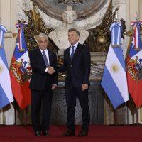 El Presidente de la República, Sebastián Piñera, y el Presidente de Argentina, Mauricio Macri, efectúan saludo oficial y luego sostienen una reunión ampliada.