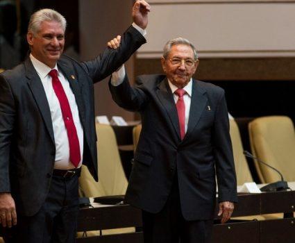 El entonces el presidente de Cuba, Raúl Castro, levanta la mano de su sucesor, Miguel Díaz-Canel.