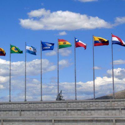 Banderas de los países que conforman la UNASUR ondean frente a la sede del organismo en Quito, Ecuador.