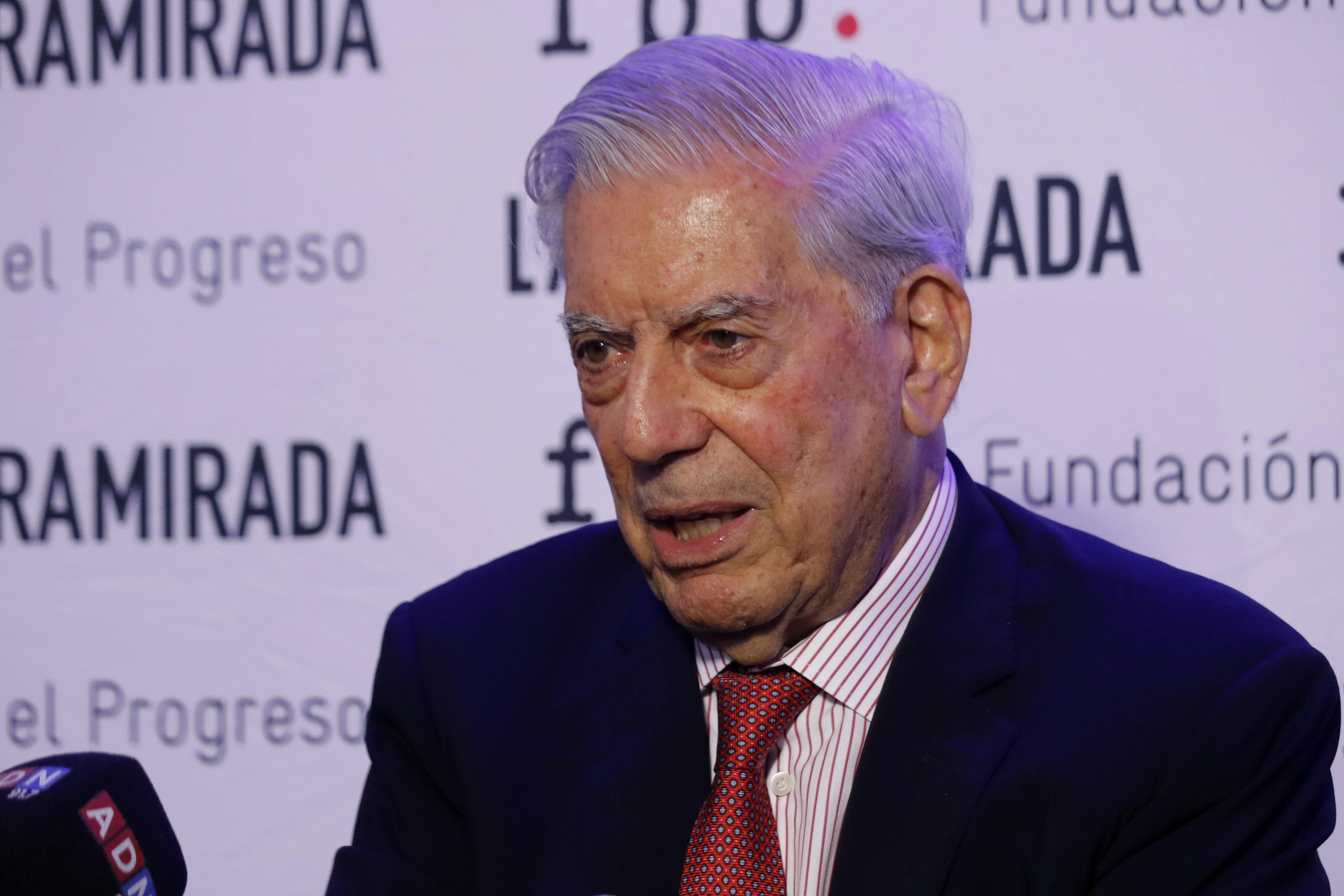 El Premio Nobel de Literatura, Mario Vargas Llosa, realizó una conferencia de prensa, tras participar de un conversatorio con su hijo Álvaro, realizado en el Instituto Nacional.
