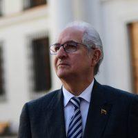 El político opositor Venezolano, Antonio Ledezma, se retira de la Moneda, tras reunirse con el presidente Sebastian Piñera. Antonio Ledezma observa la moneda.