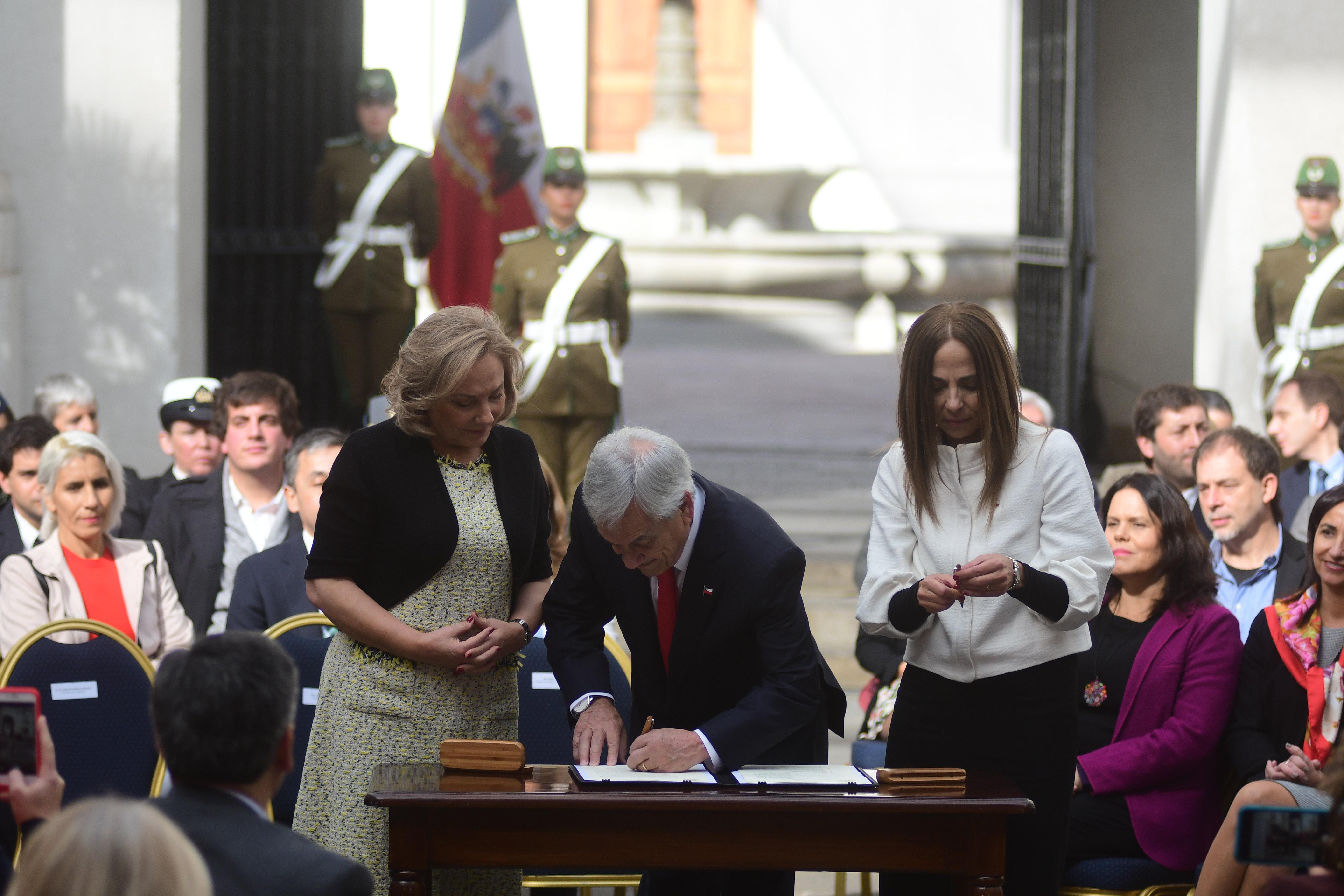 23 de mayo de 2018/SANTIAGO El Presidente de la República, junto a la Primera Dama, la Ministra de la Mujer y la Equidad de Género, y ministros, parlamentarios de todos los partidos políticos, y representantes de la sociedad civil, participa de un acto de presentación de la agenda de equidad de género del Gobierno. El presidente Sebastian Piñera, firma el instructivo junto a la primera Dama, Cecilia Morel y la ministra Isabel Pla. FOTO: SEBASTIAN BELTRÁN GAETE/AGENCIAUNO