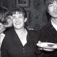 Peggy, la influencia materna detrás Oasis y los hermanos Gallagher