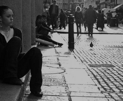 No es solo timidez: Lo que hay que entender sobre la ansiedad social