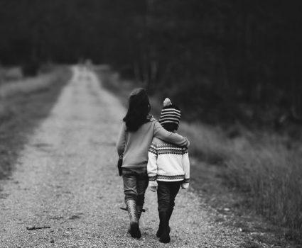 Niños caminando de espalda