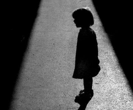 Niña en la sombra