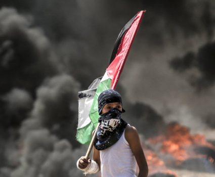 Palestino en protesta por traslado de embajada de EE.UU a Tel Aviv.