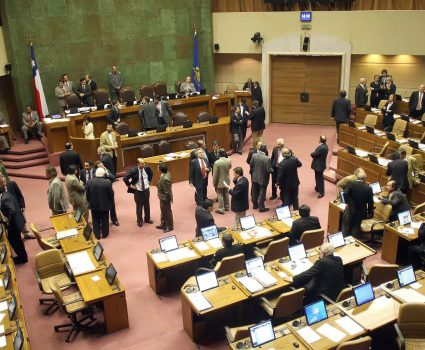 Valparaíso, 22 de Noviembre de 2007 (UPI). La Cámara de Diputados aprobó el reajuste de 6,9 para el sector público. El proyecto acordado ayer por el gobierno y los trabajadores fue aprobado por la Cámara de Diputados y ahora está en manos del Senado.