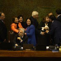 10 Julio de 2018 /VALPARAISO La presidenta Maya Fernandez es felicitada por parlamentarios , durante el rechazo de la censura de la mesa de la cámara de diputados. FOTO : PABLO OVALLE ISASMENDI /AGENCIAUNO