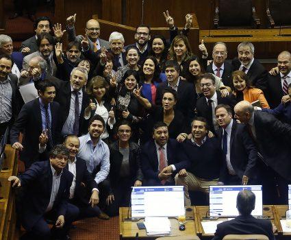 10 Julio de 2018 /VALPARAISO Maya Fernandez se toma una fotografia con diferentes parlamentarios durante el rechazo de la censura de la mesa de la cámara de diputados. FOTO : PABLO OVALLE ISASMENDI /AGENCIAUNO
