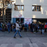 23 de JULIO de 2018 / SANTIAGO Cientos de inmigrantes esperan en las afueras del departamento de migración, durante el último día de plazo para poder regularizar su situación migratoria en el país. FOTO: HANS SCOTT / AGENCIAUNO