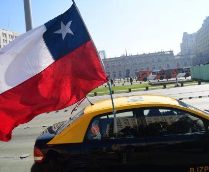30 de julio de 2018/SANTIAGO Taxistas se movilizan en protesta de las plataformas Uber, y pasan frente al Palacio de la Moneda. FOTO: SEBASTIAN BELTRÁN GAETE/AGENCIAUNO