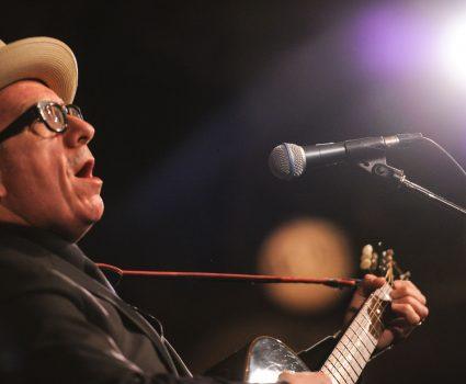 Elivis Costello, Performance