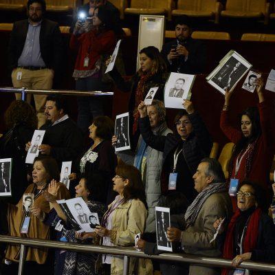 13 de Septiembre / VALPARAISO Familiares de detenidos desaparecidos en las tribunas , durante la acusación constitucional en contra de los magistrados de la Corte Suprema. FOTO: PABLO OVALLE ISASMENDI / AGENCIAUNO