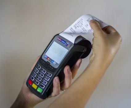 27 de Enero de 2015/SANTIAGO El Servicio de Impuestos Internos (SII) convirtió el Voucher o vale entregado por la máquina de pago o POS en una la boleta que se deberá entregar al comprador en todas las transacciones a través de medios electrónicos. FOTO:DAVID CORTES SEREY/AGENCIAUNO.