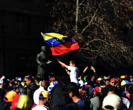 20 de mayo de 2018/SANTIAGO Venezolanos se manifiestan en contra de las votaciones que se realizan en su país y las consideran un fraude. FOTO: SEBASTIAN BELTRÁN GAETE/AGENCIAUNO