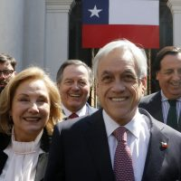 1 de Octubre del 2018/SANTIAGO El Presidente de la Republica Sebastian Piñera, sale a saludar a la gente a la plaza de la Constitución junto a su señora Cecilia Morel y el canciller. FOTO: RODRIGO SAENZ/AGENCIAUNO