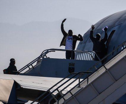 """07 de Noviembre de 2018 / SANTIAGO Ciudadanos haitianos levantan sus brazos despidiéndose mientras abordan el avión de la Fach en el grupo 10 para regresar a su páis, en el marco del denominado """"Plan Humanitario de Regreso Ordenado"""", para las personas que llevan meses o años en Chile y que por dificultades económicas no les fue posible estabilizarse en el país. FOTO: HANS SCOTT / AGENCIAUNO"""