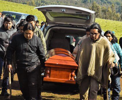 15 de Noviembre de 2018 / ERCILLA En la comunidad de Temucuicui, comuneros mapuche bajan de la carroza el féretro con los restos de Camilo Catrillanca, joven asesinado durante un operativo policial del Comando Jungla. FOTO: HECTOR ANDRADE / AGENCIAUNO