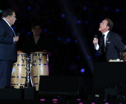 2 de Noviembre del 2018/Santiago Stefan Kramer imitando a Luis Miguel durante la Ceremonia de clausura de la Teletón 2018 en El Estadio Nacional que este año pretende llegar a la meta de 32.522.991.111 FOTO:Cristobal Escobar/AgenciaUno