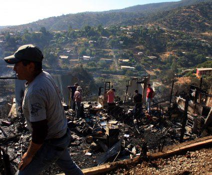 03 DE ENERO DE 2019/LIMACHE Incendios destruye 50 viviendas en el sector Los Maitenes de Limache , carabineros dispuso la evacuación preventiva en la zona FOTO: SANTIAGO MORALES/AGENCIAUNO