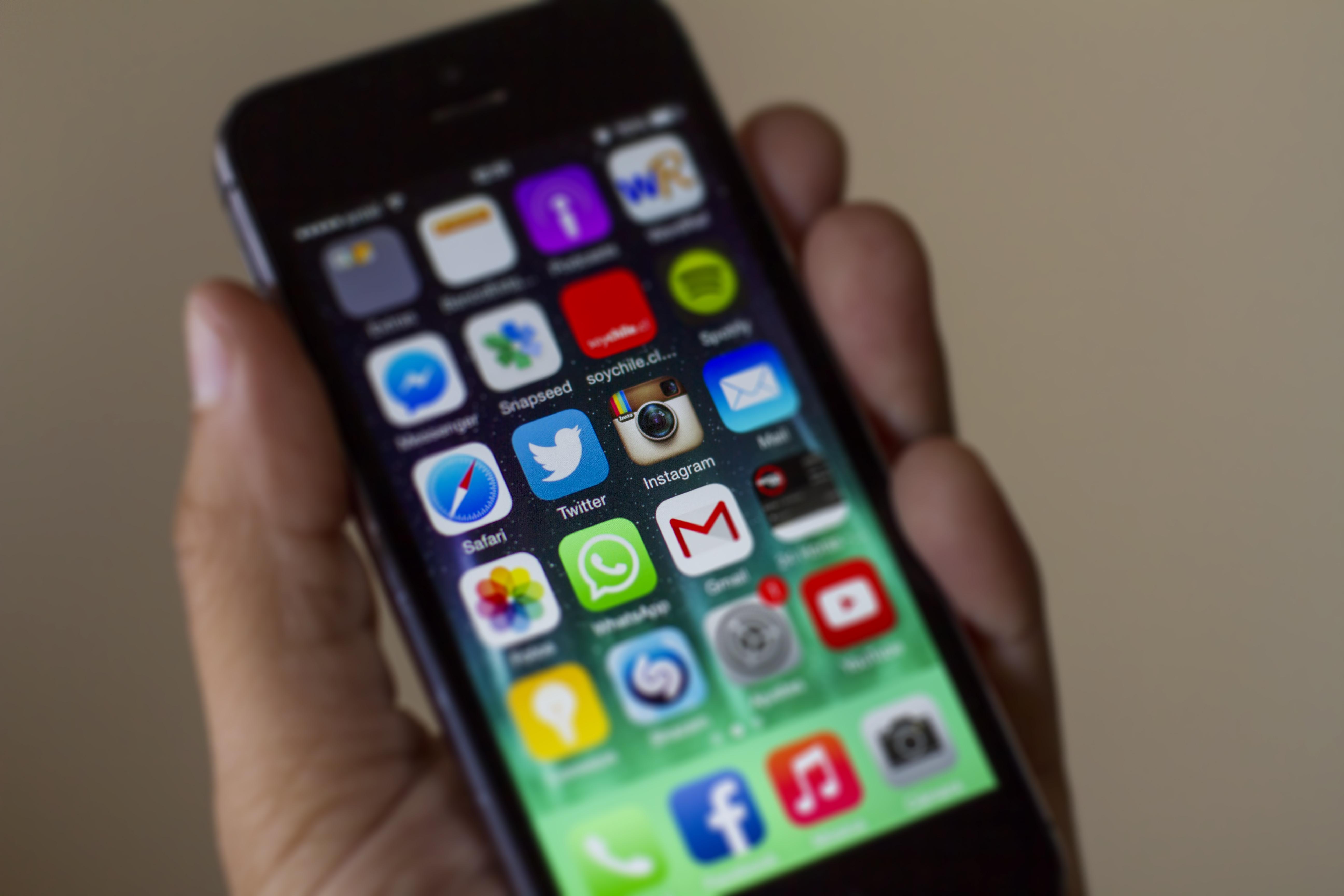 11 de Diciembre de 2014/ TEMUCO Un hombre sostiene un Iphone con la aplicación Instagram. La red social de fotografías Instagram ha anunciado que ha superado los 300 millones de usuarios registrados activos, 100 millones más que el pasado mes de marzo y adelantando así Twitter, que declaró en su presentación de resultados a finales de octubre que contaba con 284 millones de usuarios. FOTO: DAVID CORTES SEREY/AGENCIAUNO